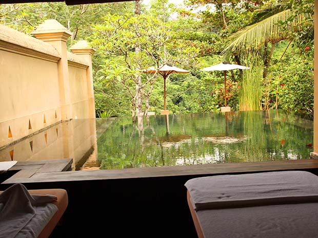 部屋の奥にあるプライベートプール