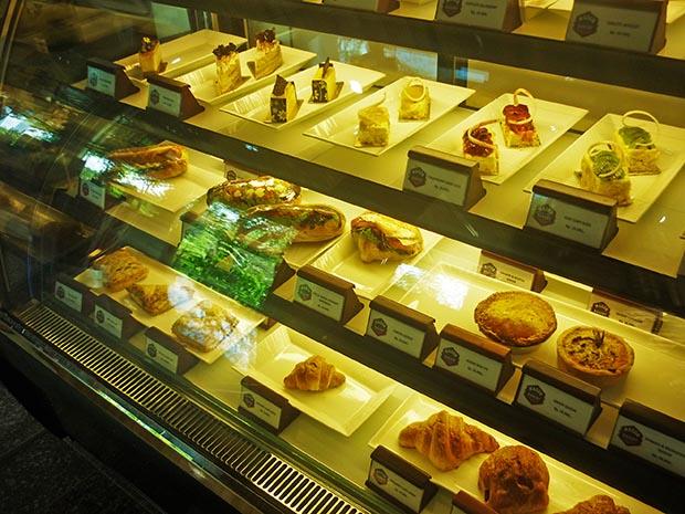 ケーキが並ぶレストランショーケース